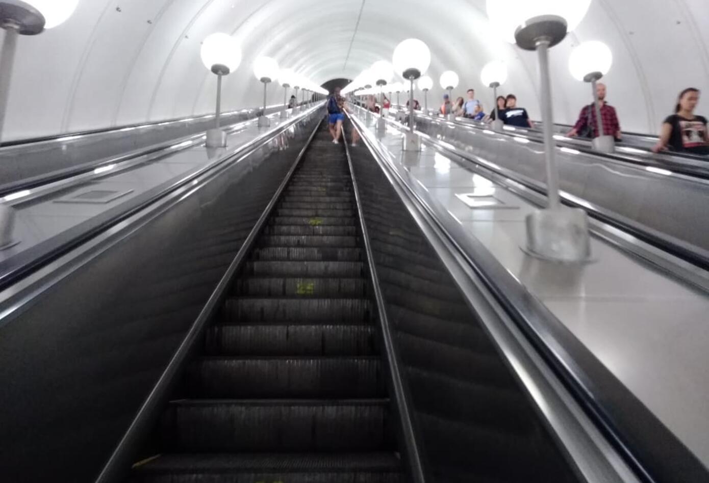 Varias curiosidades tienen la estación de Estaciones Park Pobedy, en el metro de Moscú.