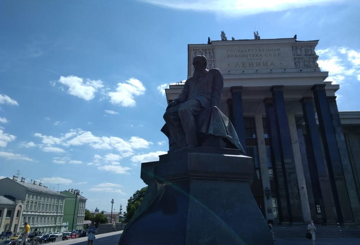 A la biblioteca Imeni Lenina se llega desde la estación Artbatskaya.