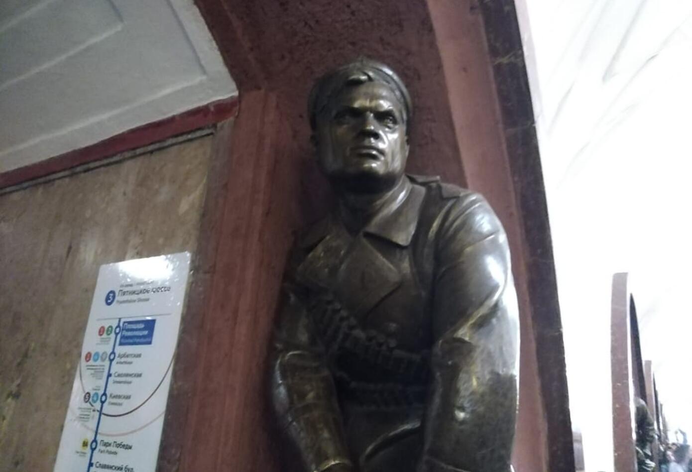Las obras de arte en la imponente Plaza de la Revolución en Rusia.