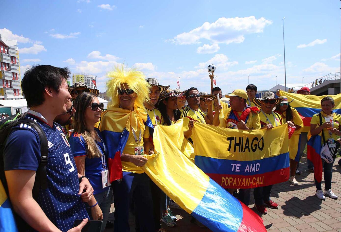 Colombianos y Japoneses en apoyan a su equipo