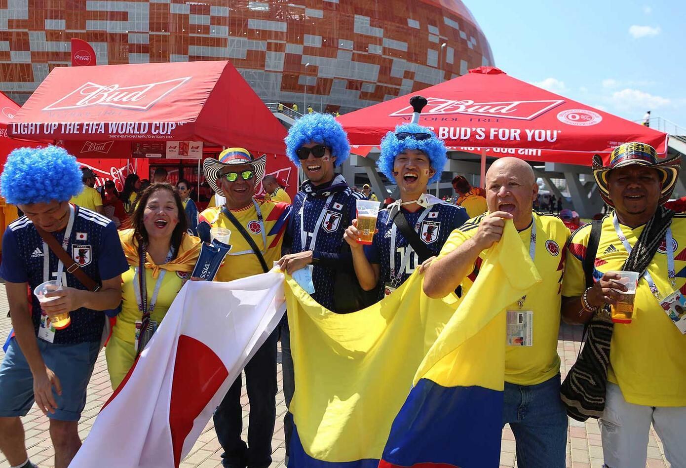 Hinchas Japoneses y colombianos apoyan a su equipo