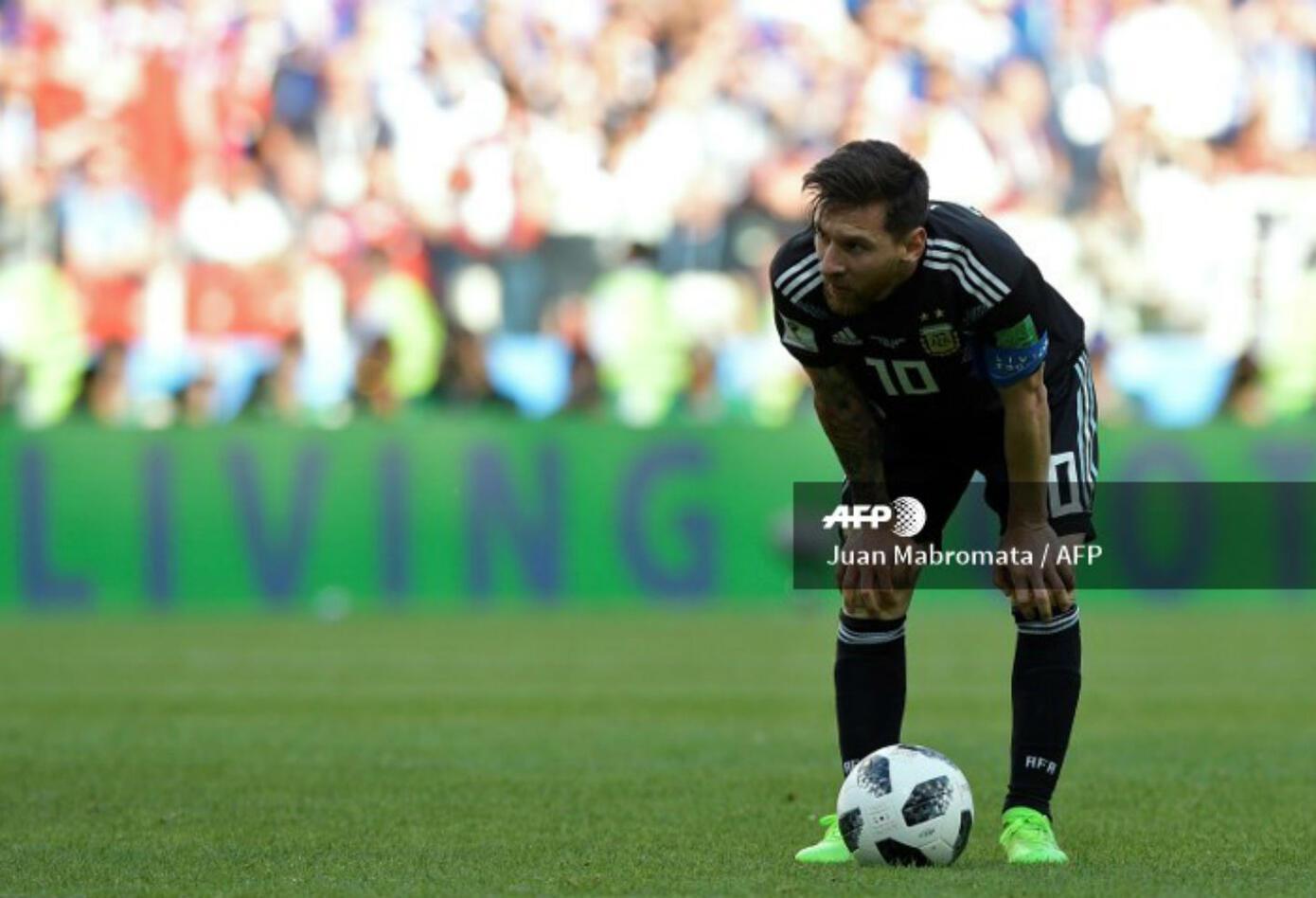 Lionel Messi antes de patear el penal que le detuvo el portero de Islandia