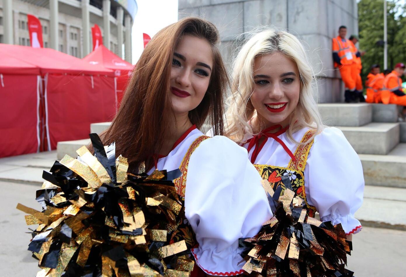 Fanáticas Rusas apoyan a su selección en estadio Luzhniki de Moscú