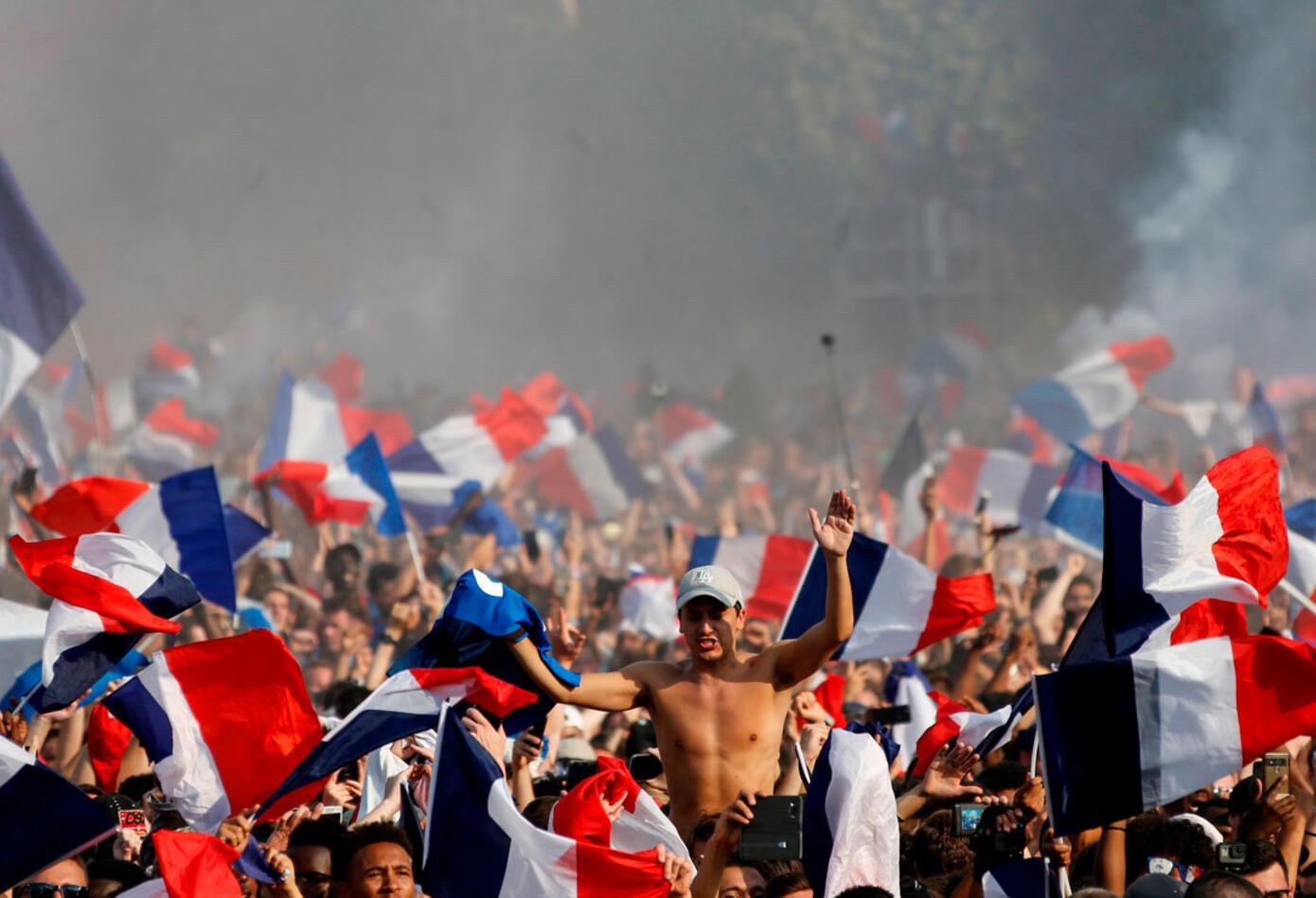 La bandera de Francia enarbolada tras el título en el Mundial de Rusia 2018