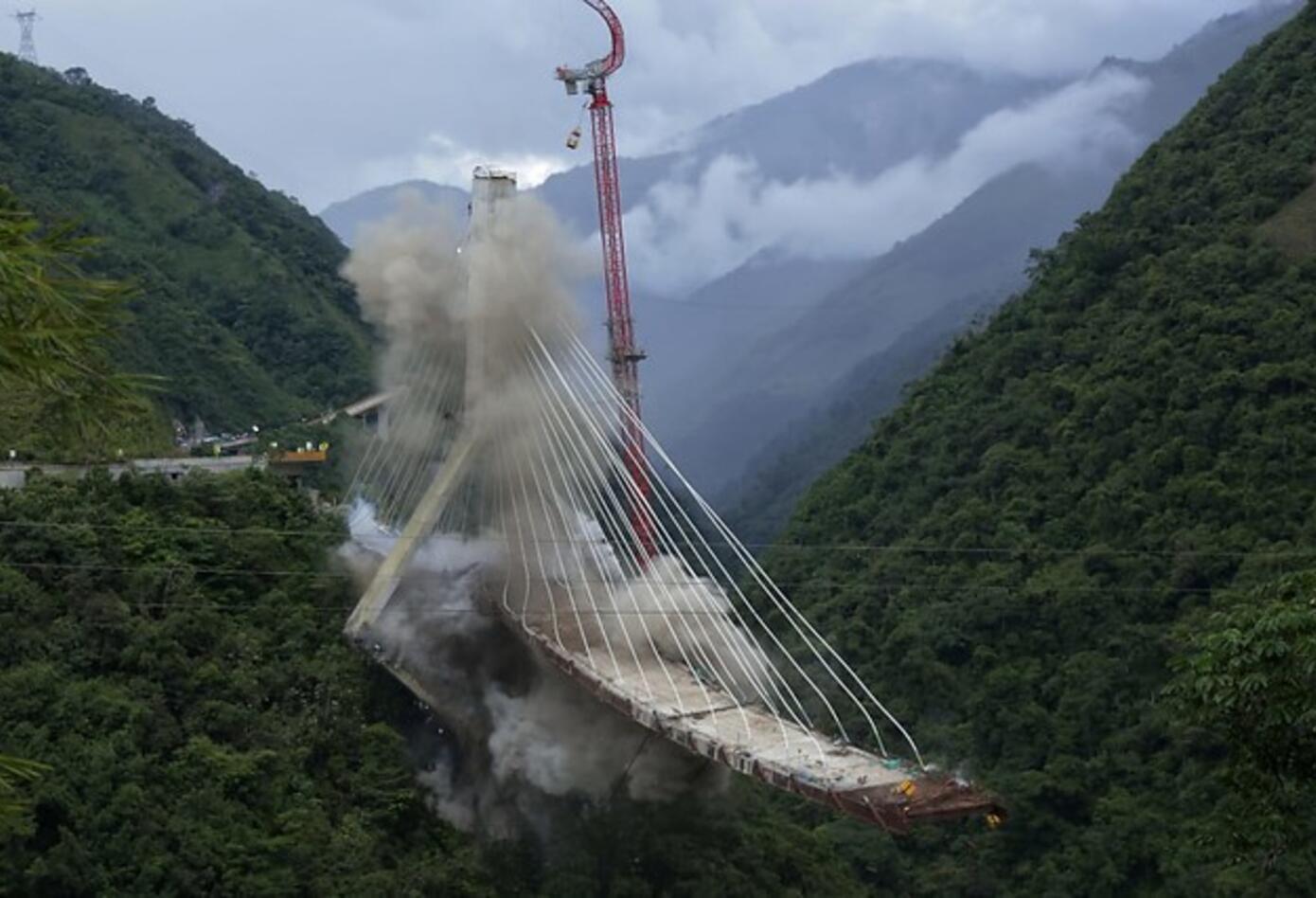 De la parte que quedó del puente Chirajara fue necesario hacerle una implosión.
