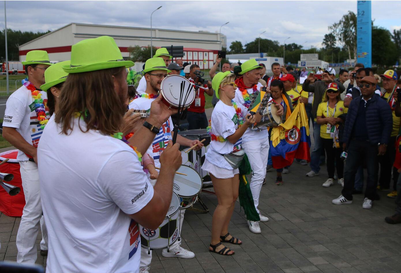 Hinchas de otras nacionalidades se unen al ambiente de los colombianos.
