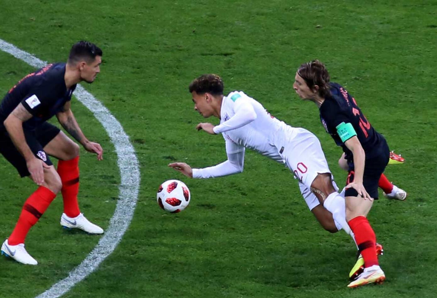 Dele Alli es derribado por el croata Luka Modric