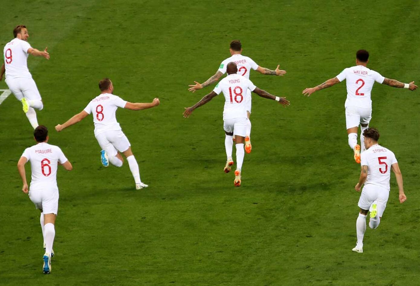 Los jugadores de Inglaterra celebran el gol de Kieran Trippier