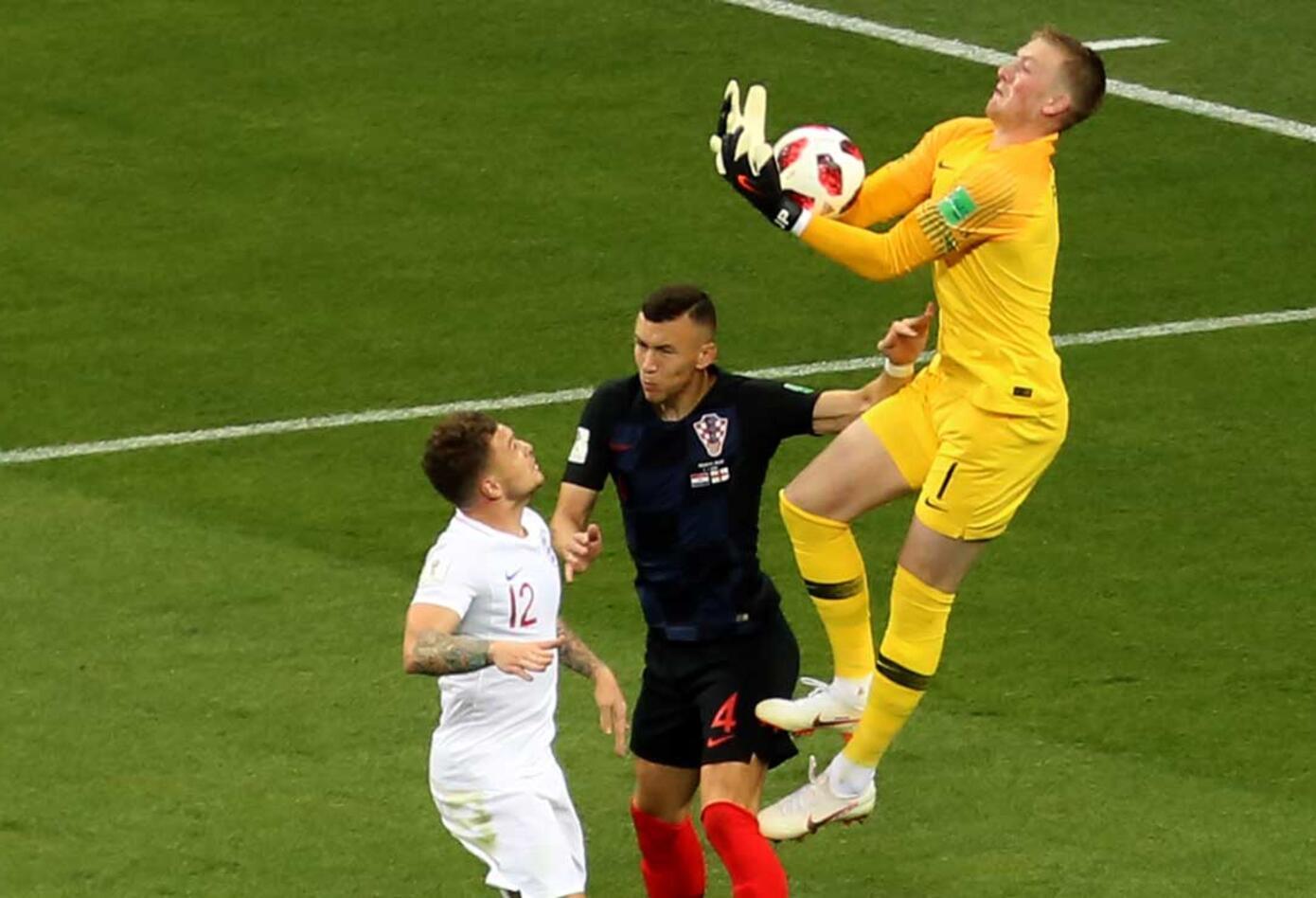 Jordan Pickford defiende un balón ante la presión de los jugadores de Croacia