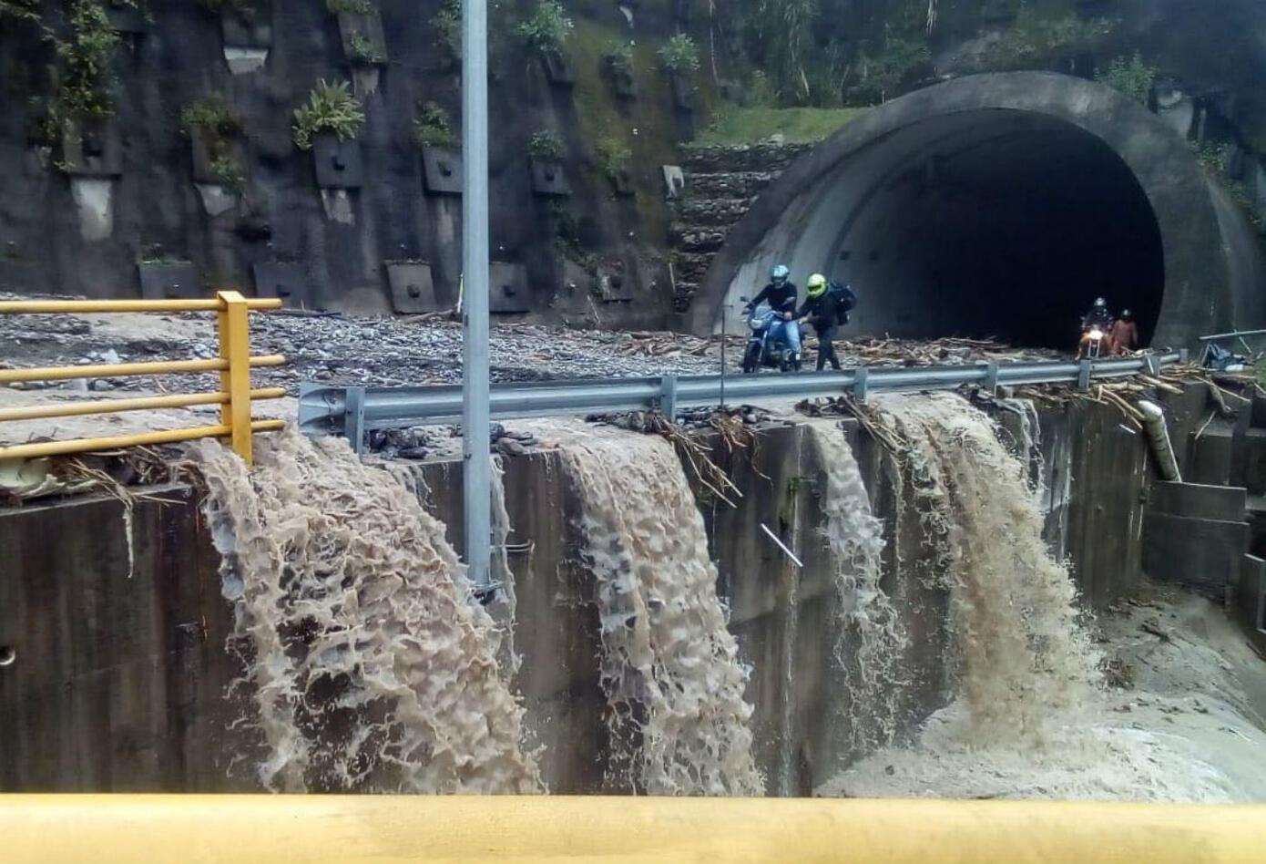 Deslizamiento de tierra en vía Bogotá - Villavicencio