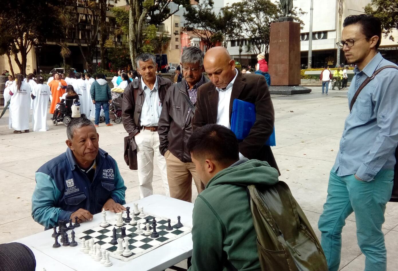 Los amantes del ajedrez se reúnen en el centro de Bogotá
