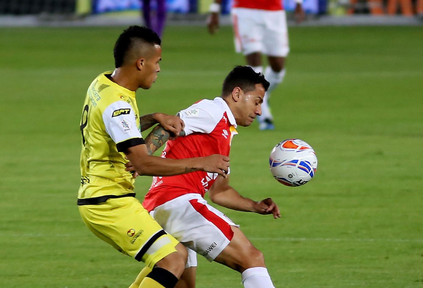 Diego Guastavino recibe la marca de un jugador de Santa Fe