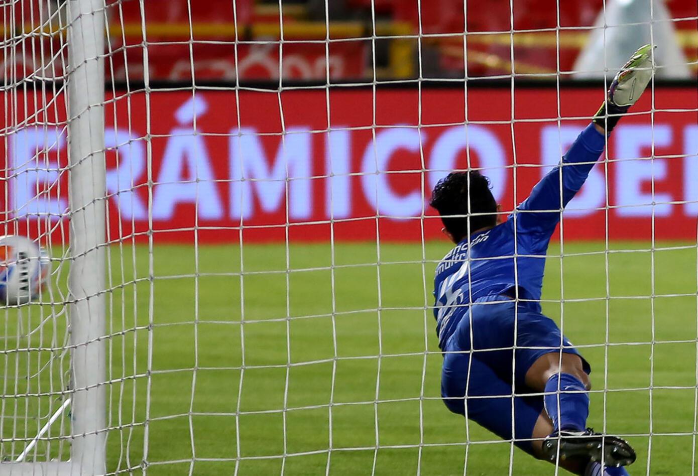 Wilson Morelo vence a Ricardo Jerez para el 1-0 de Santa Fe ante Alianza