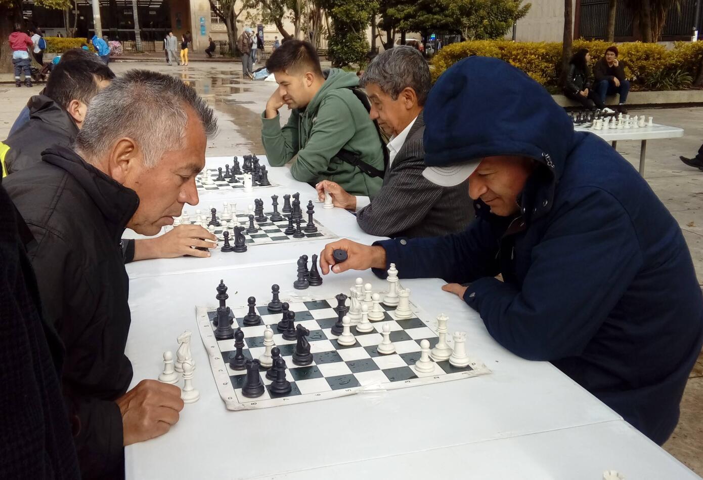 El ajedrez es una forma de empleo para algunos bogotanos.