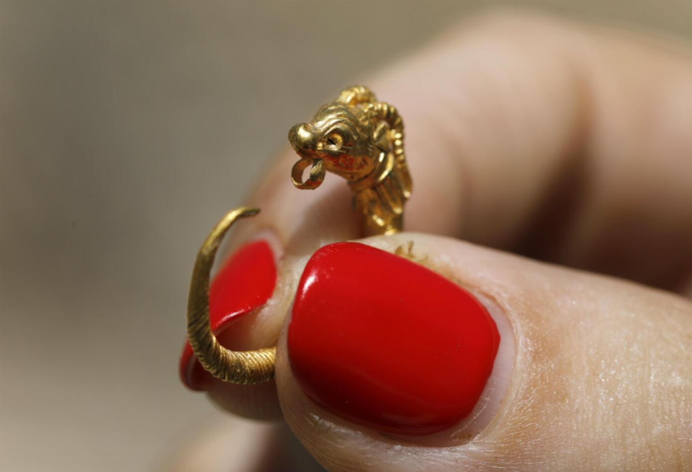 Este un pendiente de oro datado en el periodo helenístico