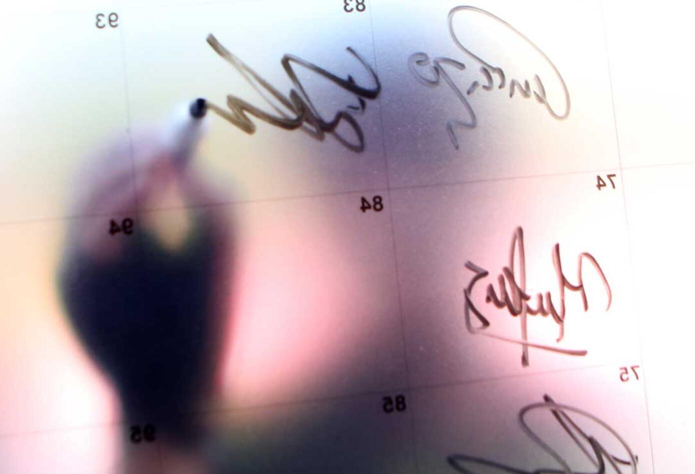 Ciclista firmando la planilla antes de la segunda etapa del Clásico RCN