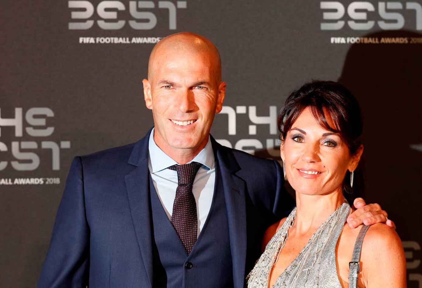 El técnico Zinedine Zidane junto a su esposa antes de iniciar la gala de los premios The Best organizada por la FIFA