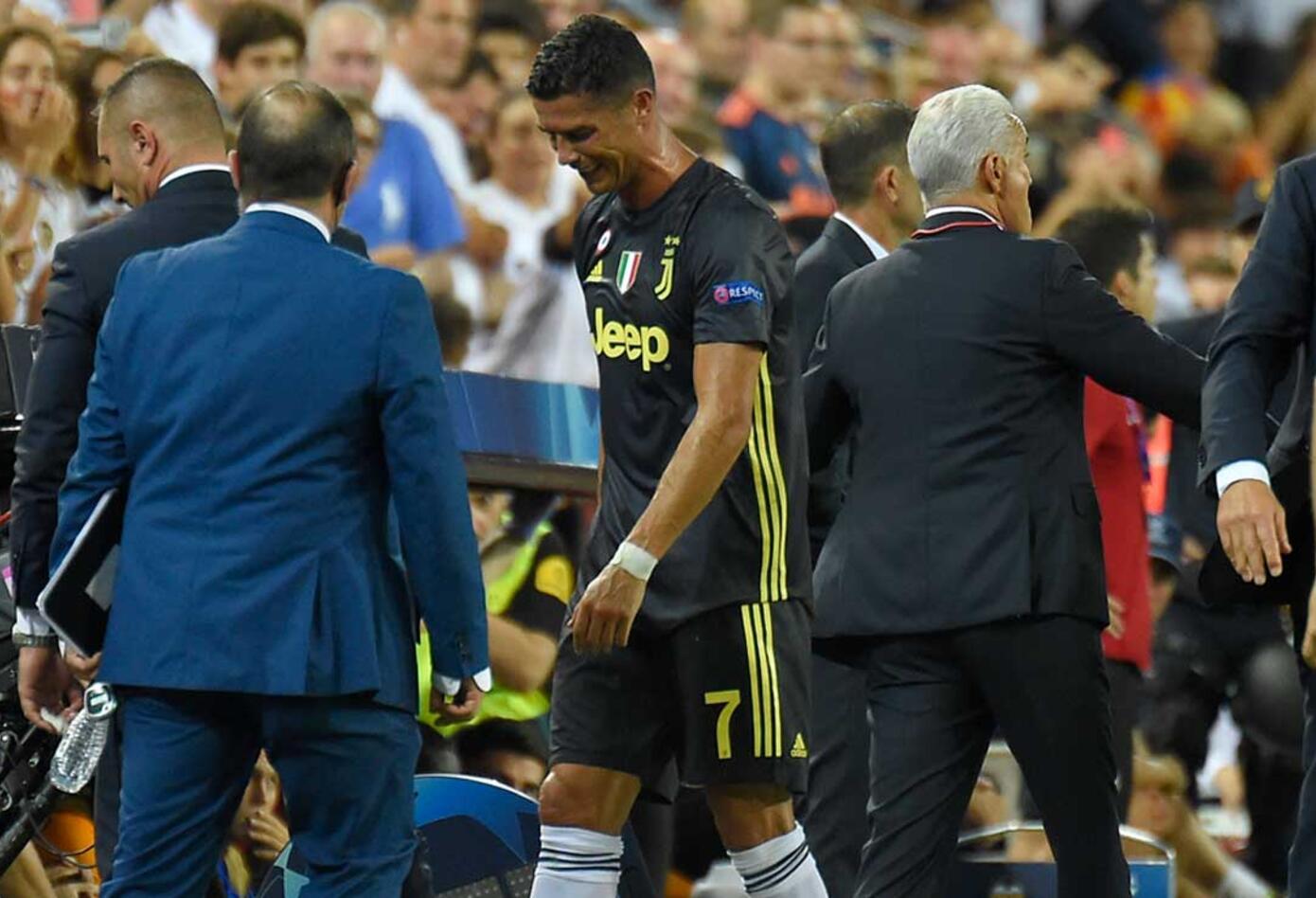 Cristiano Ronaldo sale del campo tras ver la roja en el partido ante el Valencia