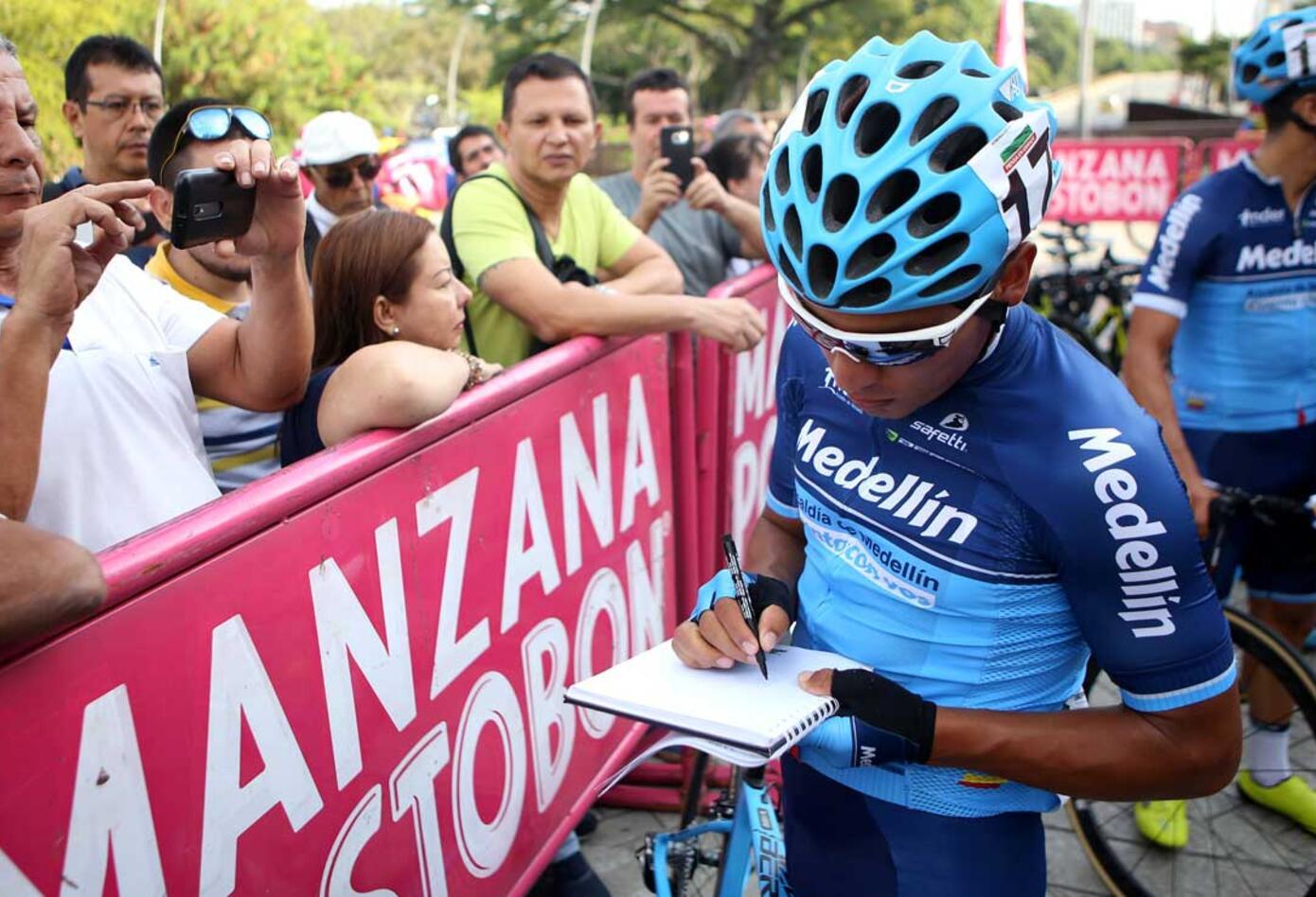 Ciclista del Supergiros-Gane firmando la planilla de partida en la segunda etapa del Clásico RCN