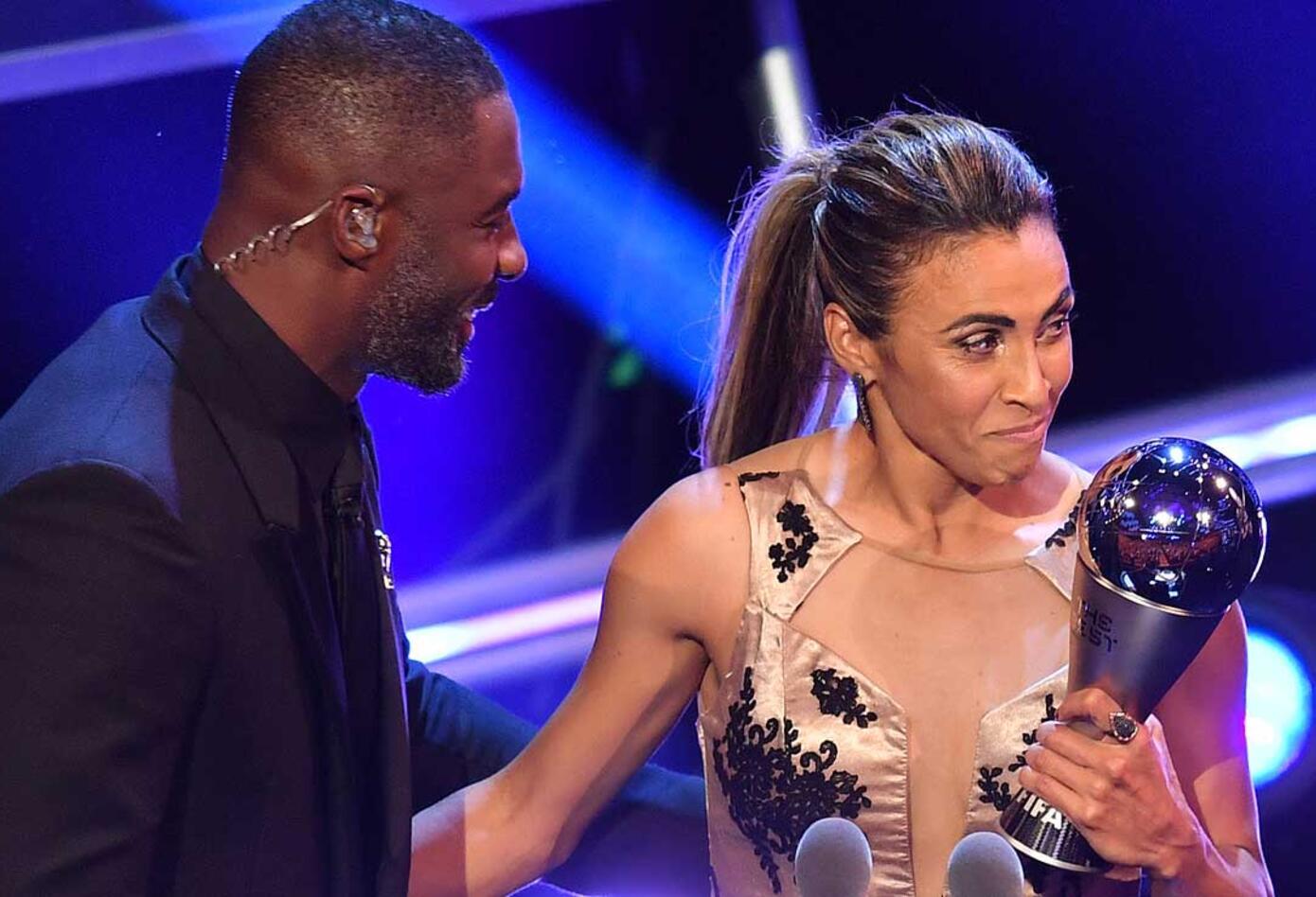 El actor británico Orlando Pride y la jugadora brasileña Marta en la gala de los premios The Best organizada por la FIFA