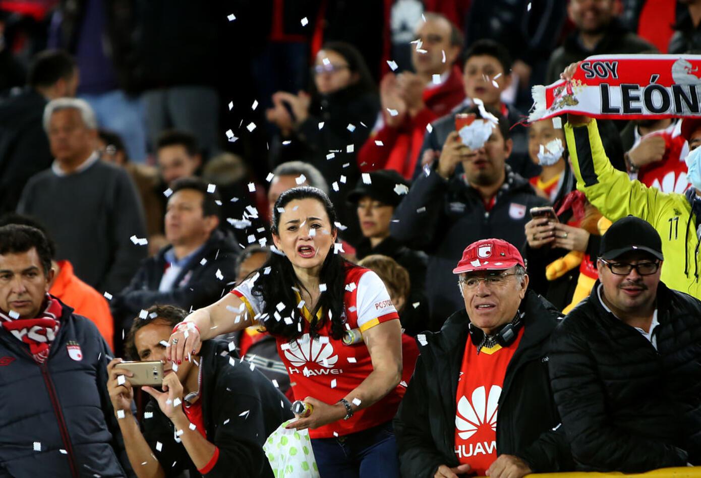 Hinchas de Santa Fe alientan en el clásico ante Millonarios por Copa Sudamericana