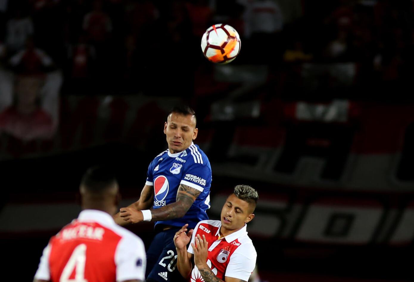 Juan Guillermo Domínguez (Millonarios) disputa un balón con Juan Daniel Roa (Santa Fe) · Copa Sudamericana