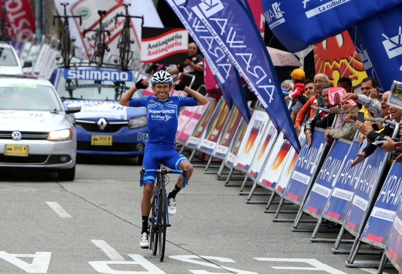 Alex Cano cruza la linea de meta