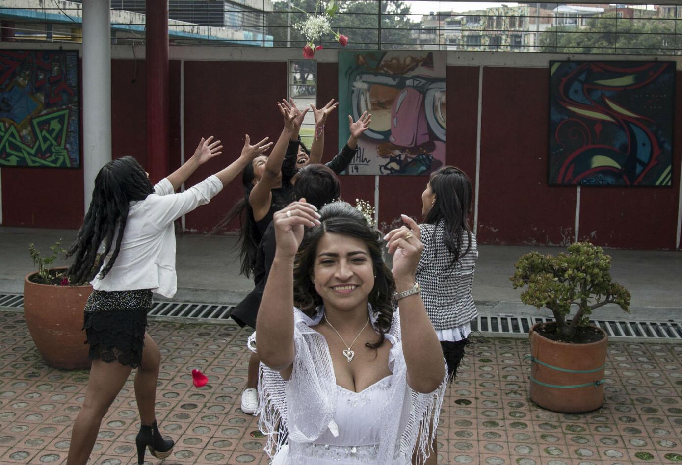 """Las bodas masivas se dieron en el marco de la primera """"Casatón por la paz"""", impulsada por la estatal Agencia Colombiana para la Reintegración para ayudar a los excombatientes de los grupos paramilitares de ultraderecha desmovilizados en 2006 y a exguerrilleros izquierdistas a formalizar sus matrimonios a bajos costos."""