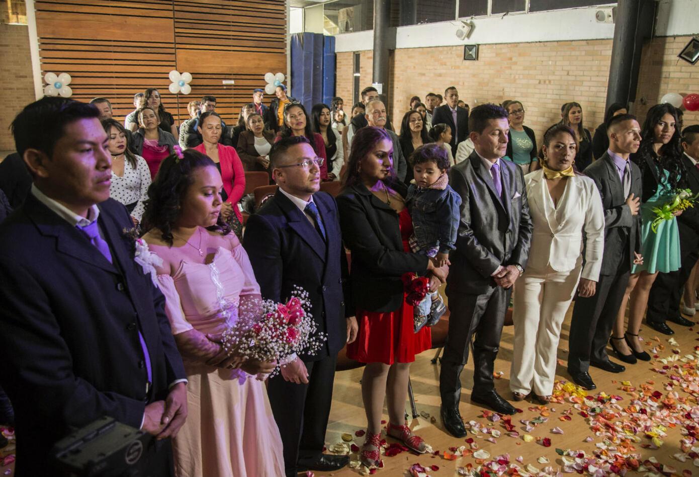 Fabián y Milena siguieron celebrando. La flamante esposa tiró el ramo de flores a sus damas de honor.