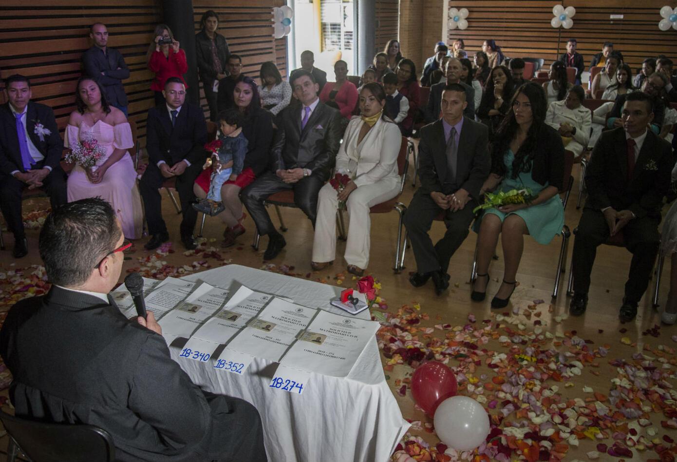 La organizadora del evento y promotora de la agencia en Bogotá, Diana Serna, explicó que lo más difícil para un excombatiente es hacerse aceptar por la gente que no vivió el conflicto.