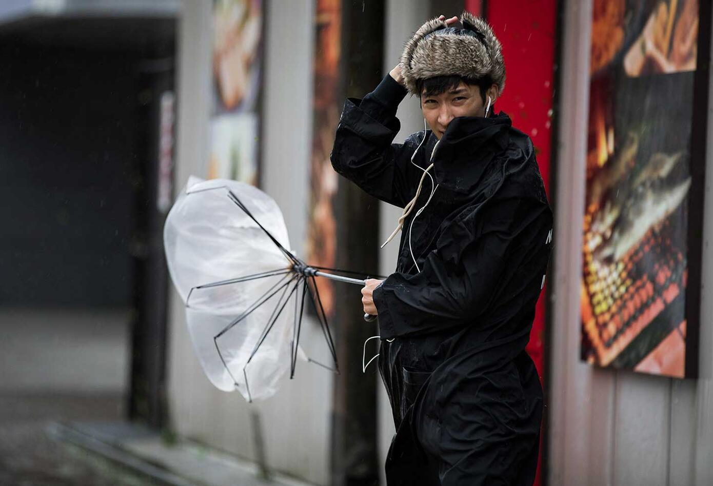 Los poderosos vientos del Tifón Trami golpean a Japón.