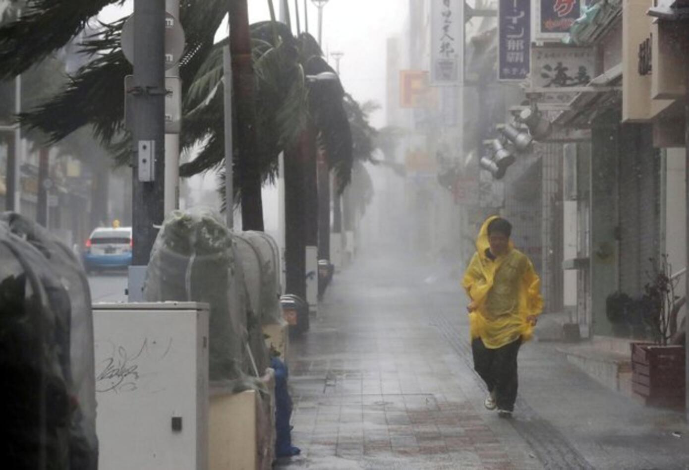 Fuertes vientos del Tifón Trami golpean a Japón.