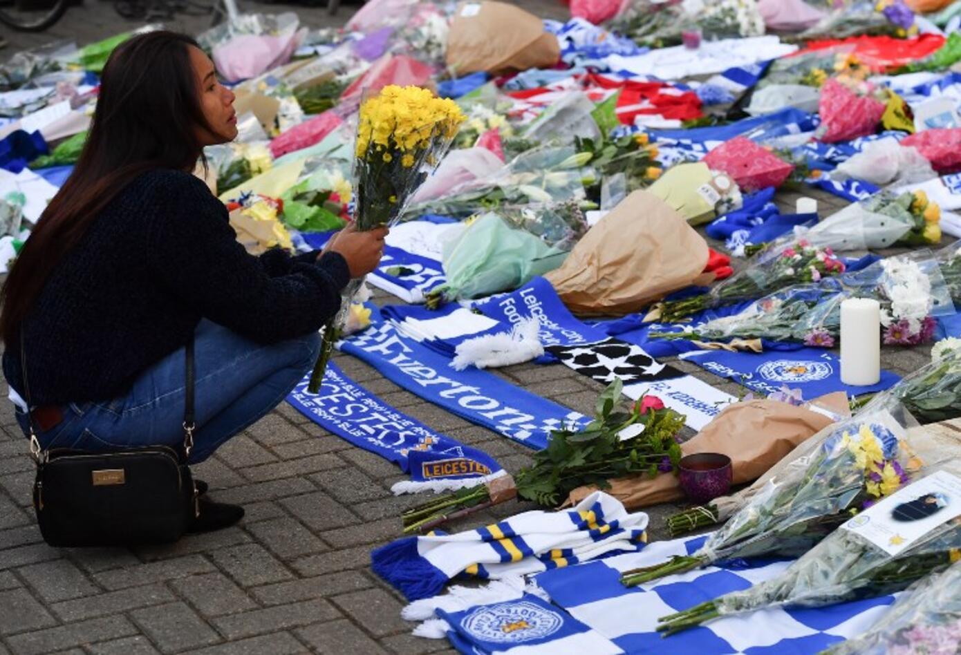 Decenas de personas se acercaron al estadio del Leicester City para depositar flores, velas y mensajes de ánimo