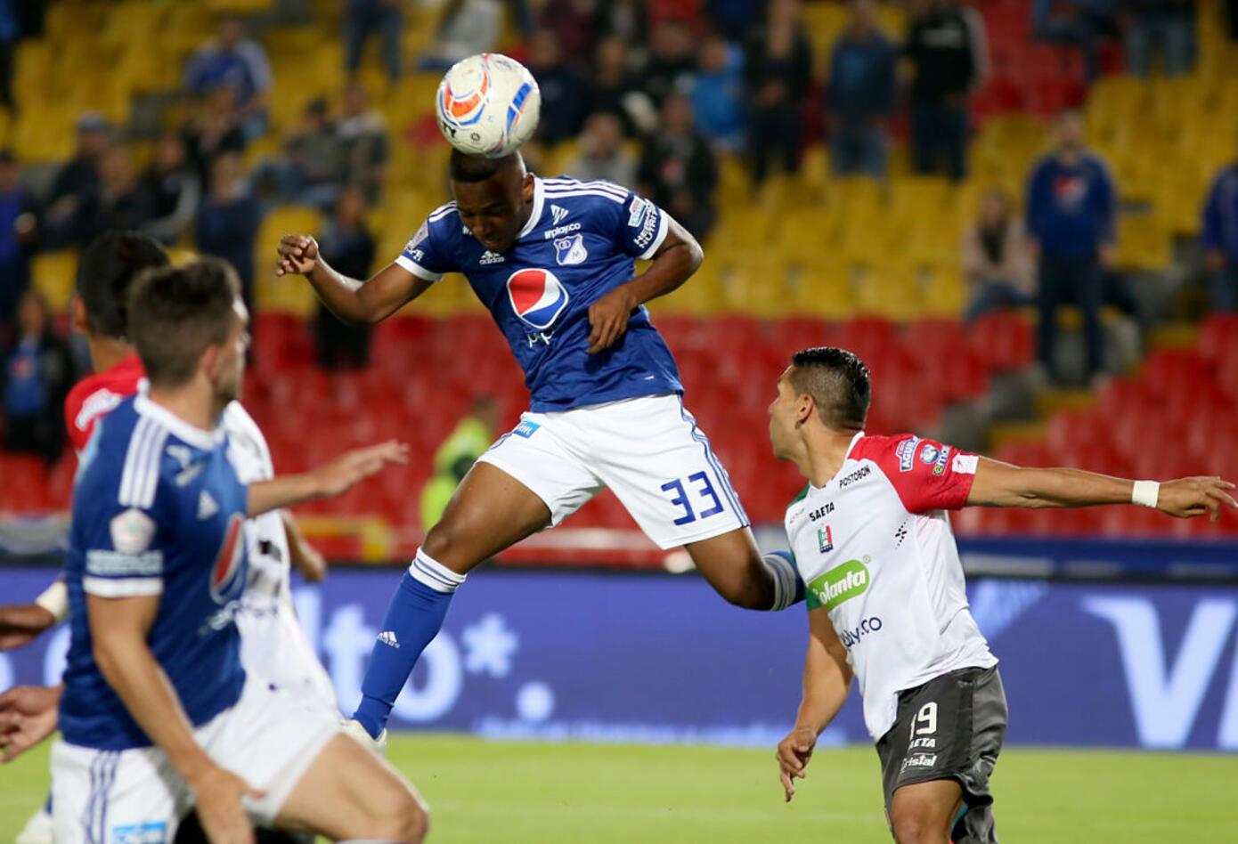 Juan Camilo Salazar disparando de cabeza para el gol de Millonarios ante Once Caldas