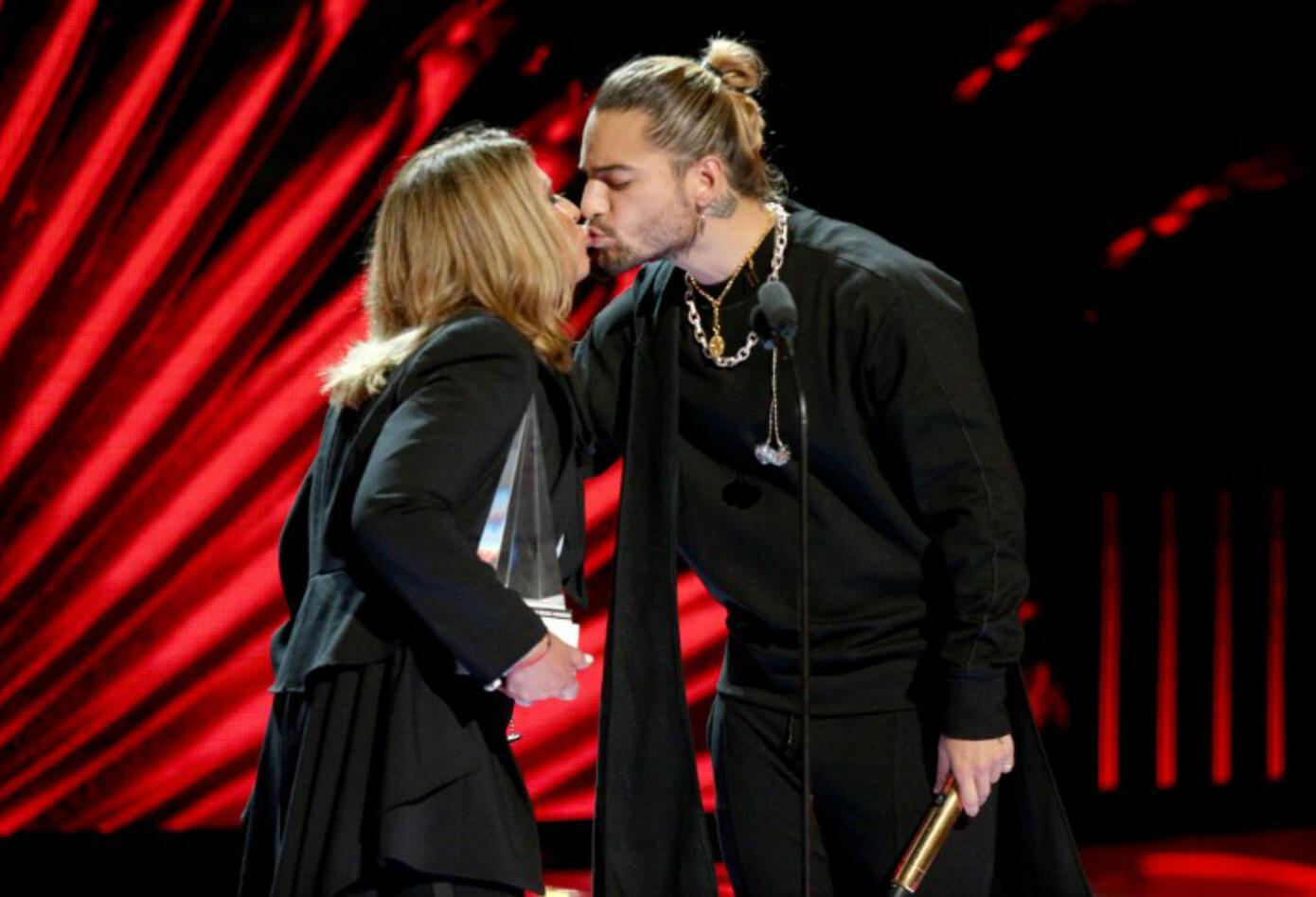 Beso entre Maluma y Ana María Polo en los Latin American Music Awards