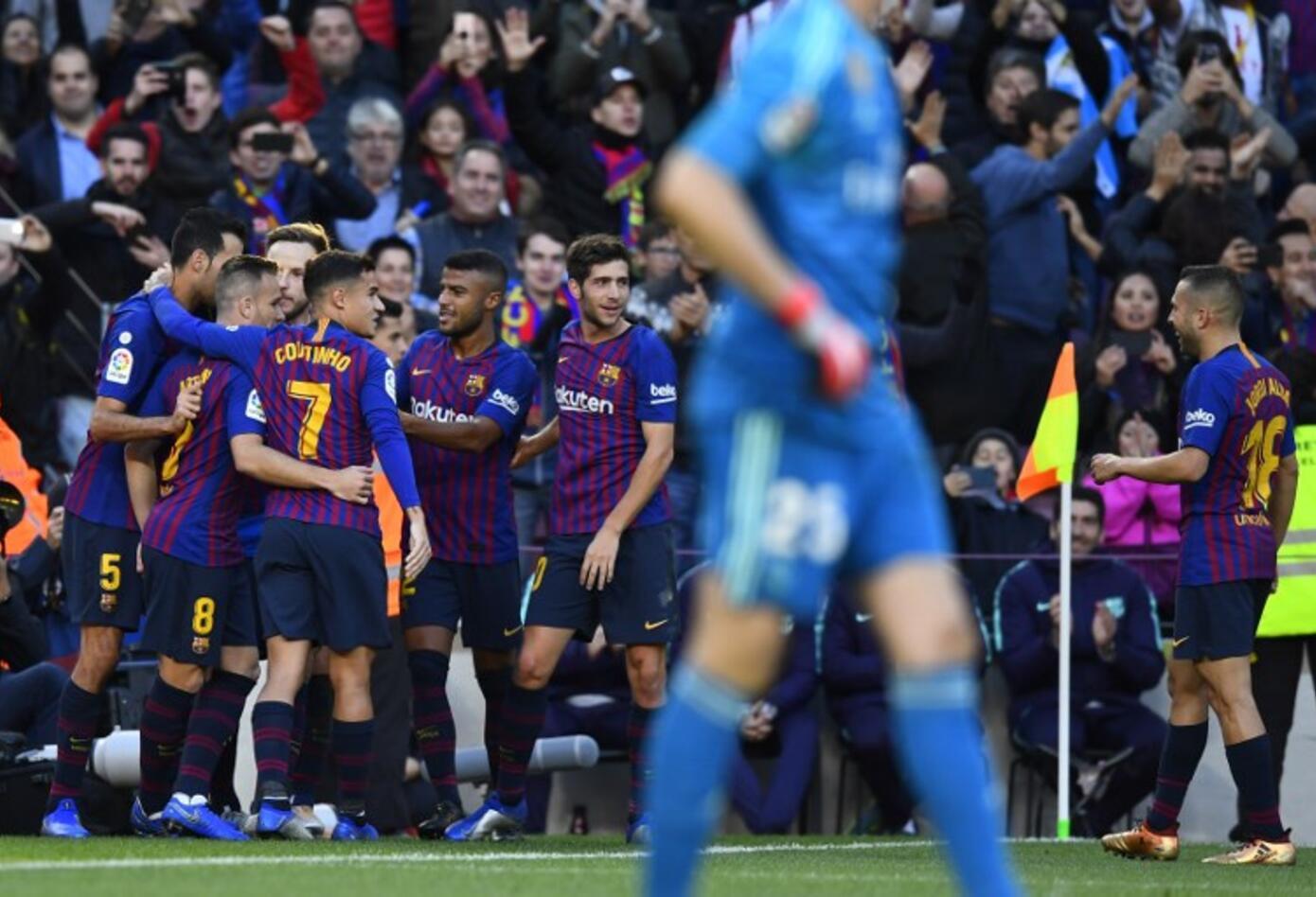 Los jugadores del Barcelona celebrando el primer gol ante el Real Madrid en el Camp Nou