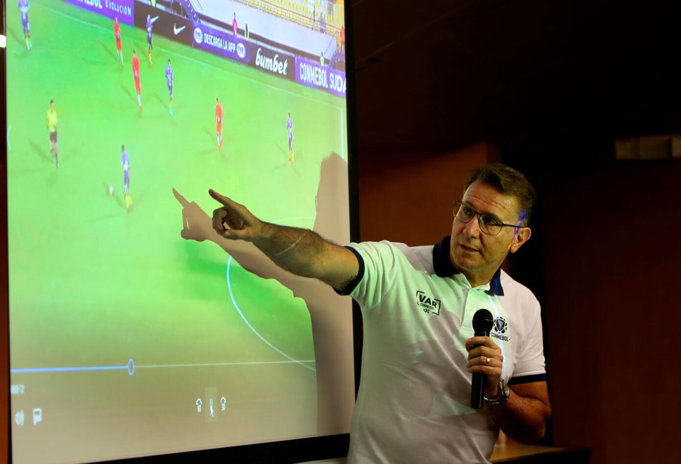 Wilson Seneme, Presidente de la comisiónn de árbitros en la CONMEBOL, presentó el VAR en El Campín