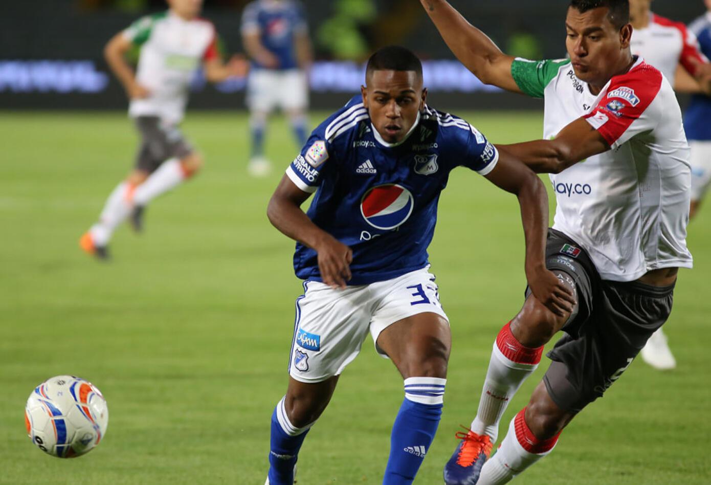 Juan Camilo Salazar (Millonarios) disputa el balón con un jugador del Once Caldas