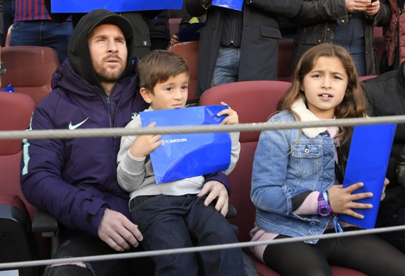 Lionel Messi observando el partido Barcelona Vs Real Madrid en el Camp Nou