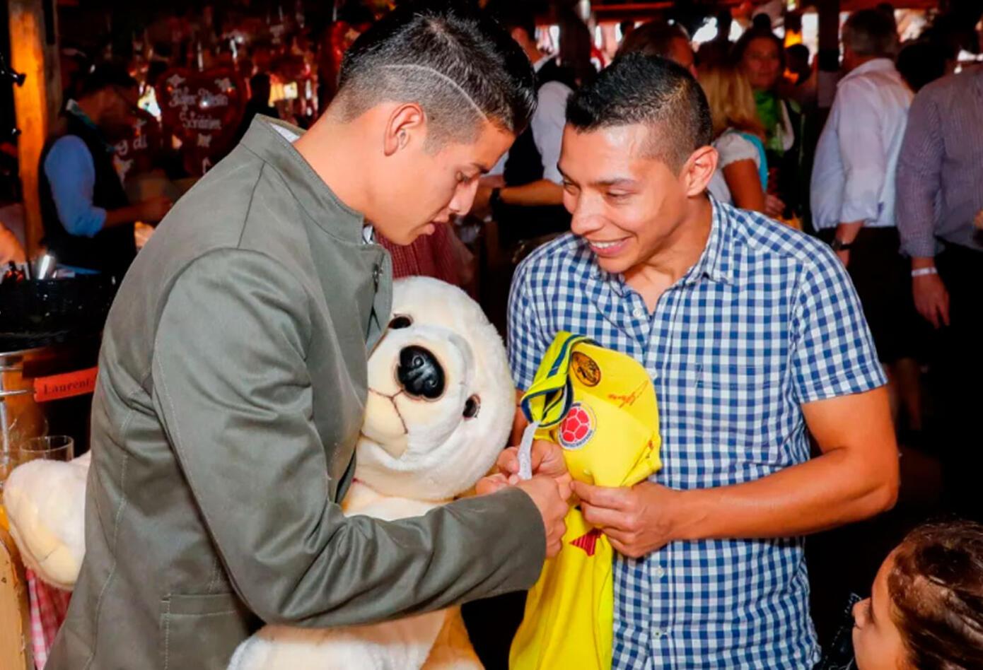 James Rodríguez firmándole la camiseta a un aficionado colombiano