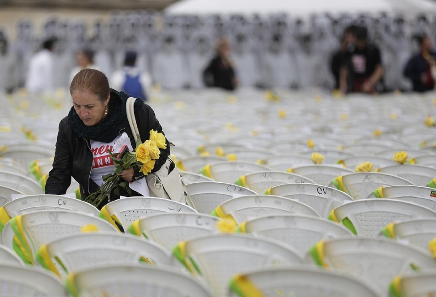 Las familias y compañeros de la UP hicieron participación dejando una flor en las sillas vacías de las víctimas.