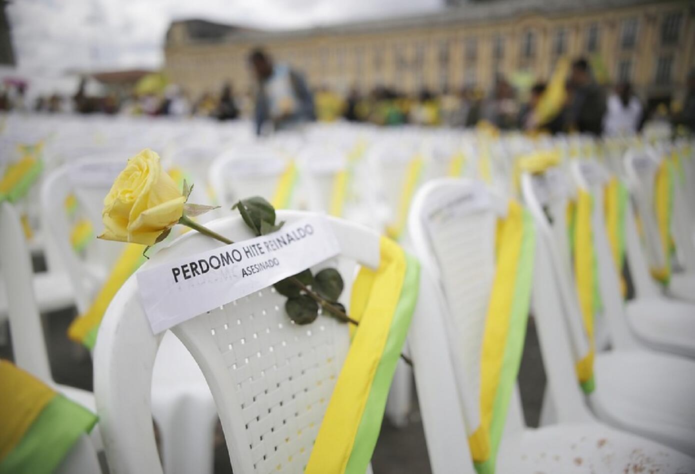 Con sillas vacías representando a las victimas, los familiares de los desaparecidos y sobrevivientes le pidieron al Estado esclarecer y ayudar en la búsqueda de los restos de sus seres queridos.