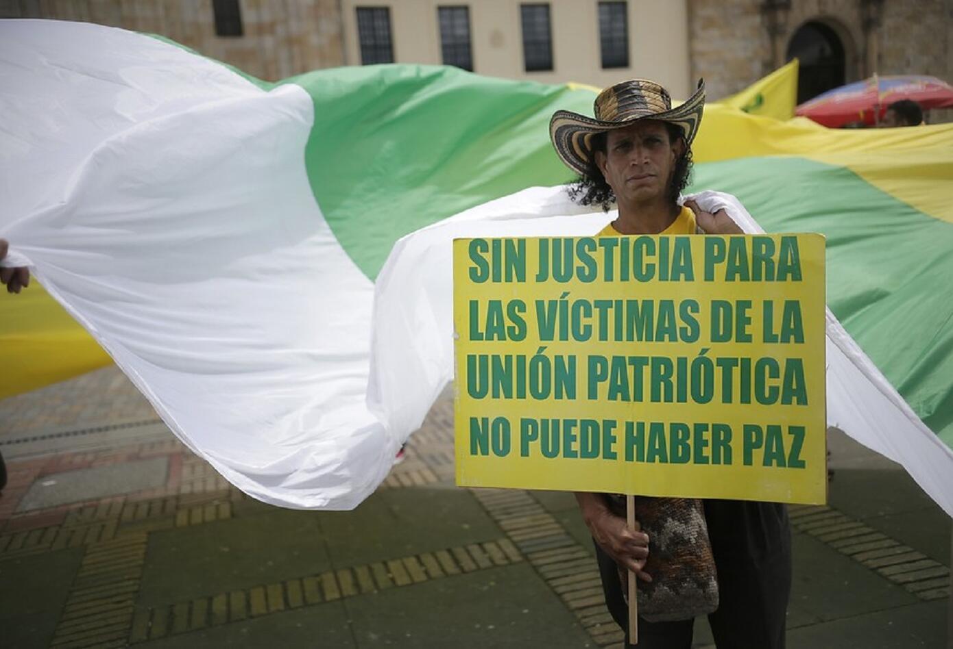 Cientos de personas de veinte departamentos de Colombia hicieron presencia en la Plaza de Bolívar para dignificar la memoria de las víctimas con su presencia.
