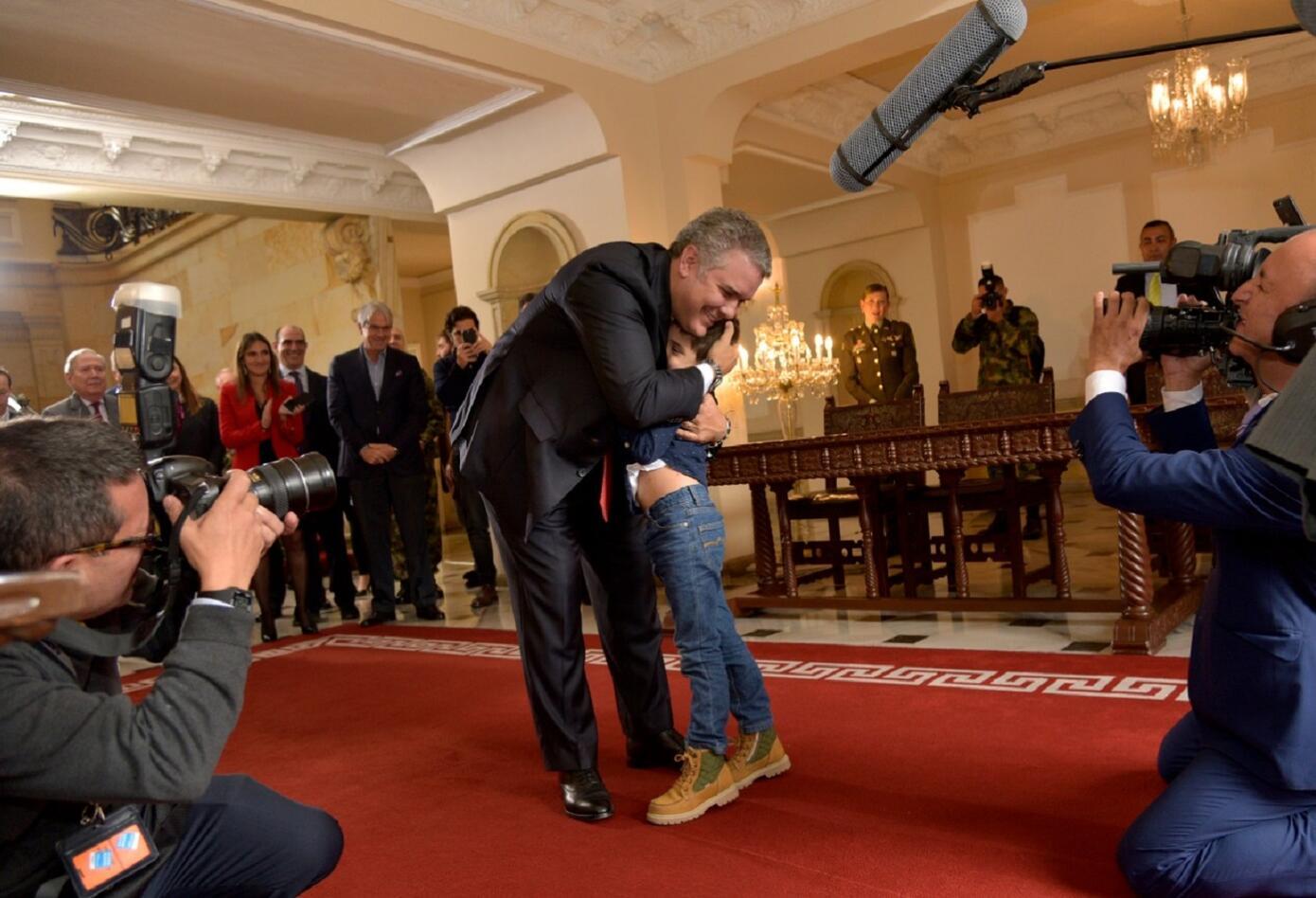El presidente le hizo un recorrido por los pasillos de la Casa de Nariño en donde le mostró los cuadros de los expresidentes y otras áreas emblemáticas de palacio.