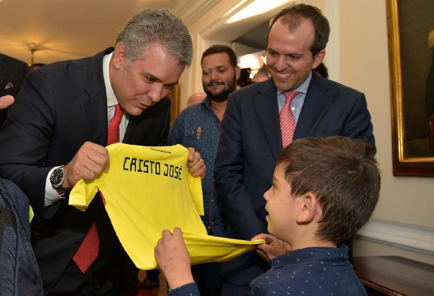 Entre los numerosos obsequios que recibió Cristo José Contreras de manos del Presidente Duque, el que le causó mayor alegría fue la camiseta de la Selección Colombiana de Fútbol con su propio nombre.