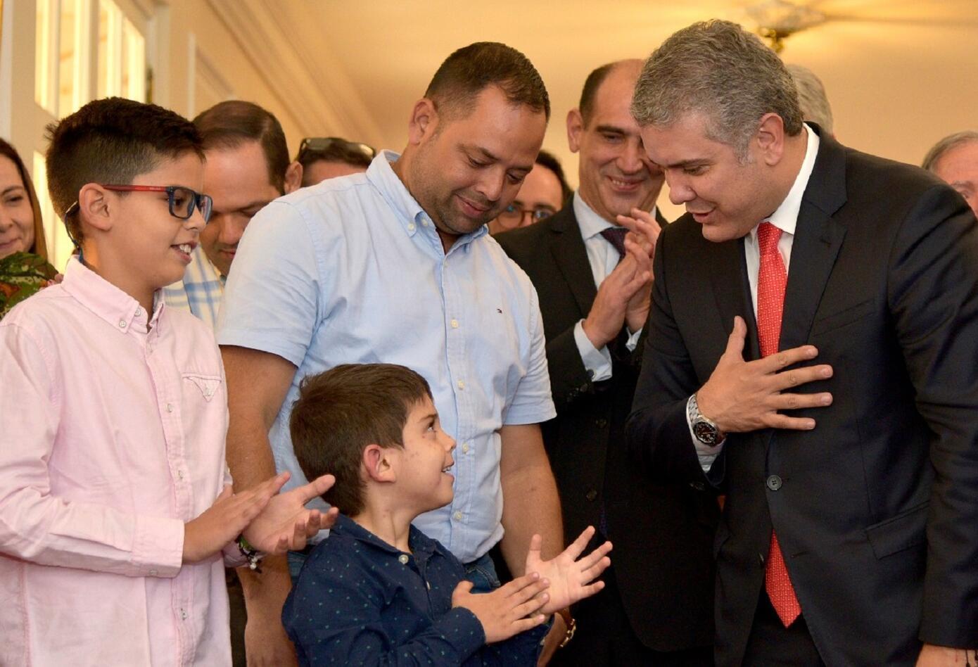 El niño Cristo José Contreras, su hermano Antonio José y su padre Edwin, recorrieron este miércoles la Casa de Nariño en compañía del Jefe de Estado.