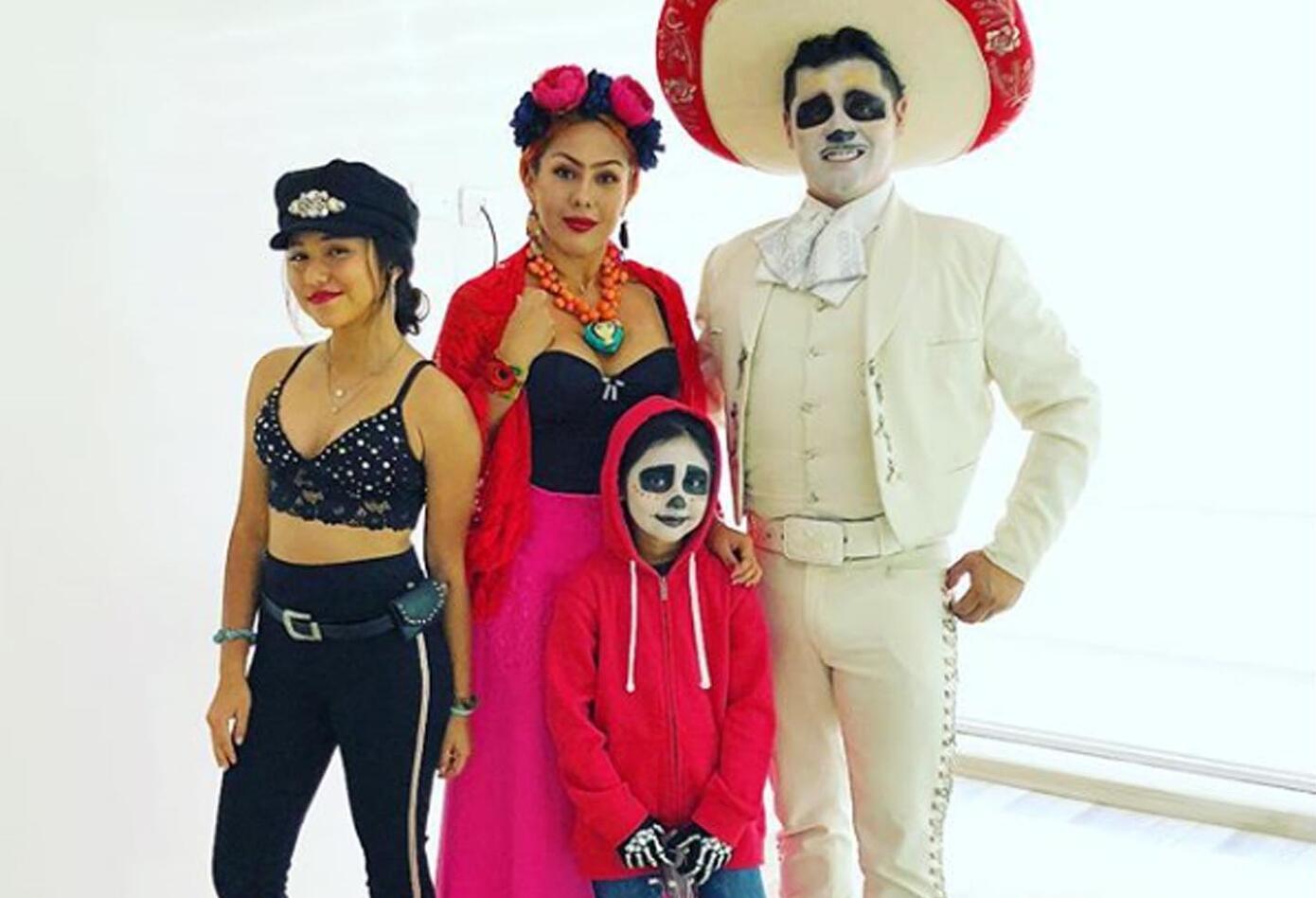 El humorista y su familia representaron personajes significativos de México. Sus hijas se disfrazaron de Selena Quintanilla y el protagonista de Coco.