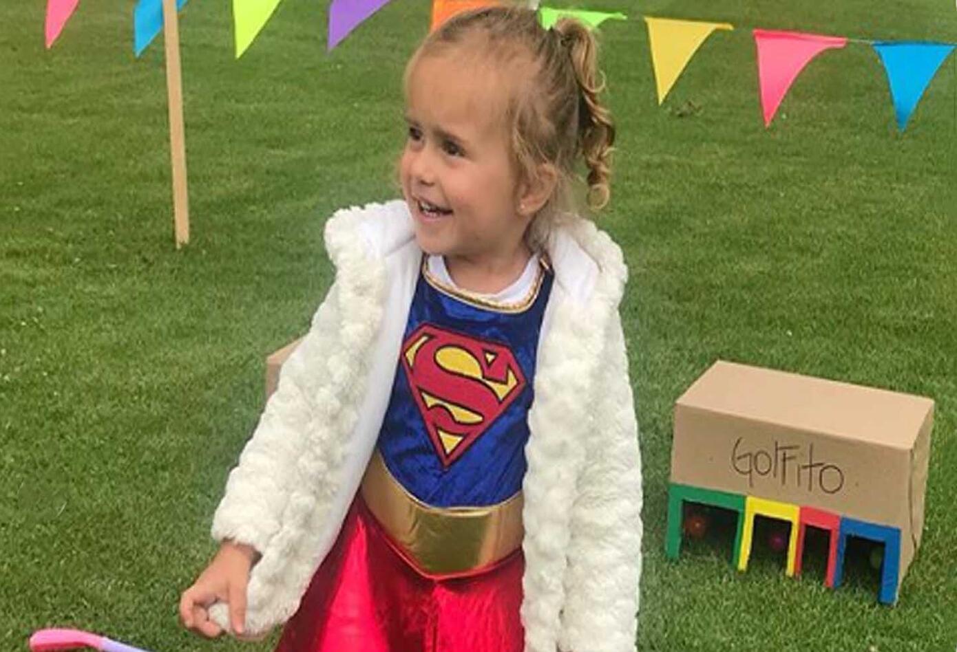 La presentadora María Clara Rodríguez disfazó a su hija de SuperGirl. La niña lució el traje con el cabello recogido y una capa roja.