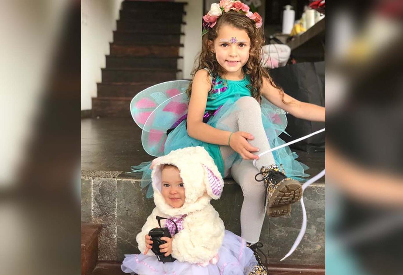 La presentadora Maleja Restrepo disfrazó a su hija Guadalupe de Hada y a su pequeña hija Macarena de una Ovejita con una falda tutu.