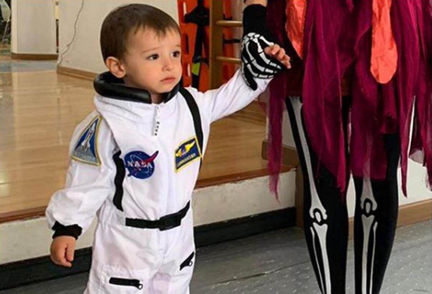 La reconocida Carolina Cruz publicó una imagen en Instagram donde aparece su hijo Matías disfrazado de astronauta. Días atrás, la presentadora también dejó ver a su pequeño llevando puesto un atuendo de caballo.